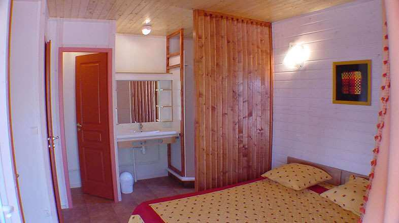 Bedroom with double bed and bathroom chalet 6 to 8 persons